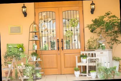 おふたり色の世界へゲストを誘う、邸宅の入口も自由にアレンジ